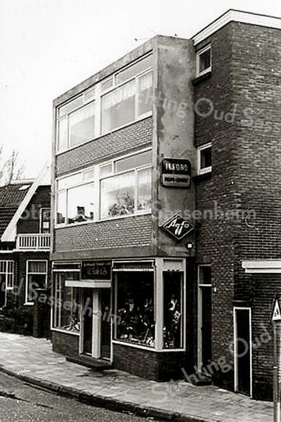 F1612 <br /> Hetzelfde pand aan de Charbonlaan als op foto F1611, na de verbouwing in 1964. De fa. G.C. Turk & Zonen heeft hier beide panden in gebruik: links de winkel voor tabakswaren van G. Turk en rechts de fotozaak vande broers Leo en Cees Turk.