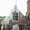 F0065 <br /> Tot voor kort een van de oudste huizen van Sassenheim, gelegen aan de Hoofdstraat nr. 205 en is al jarenlang bewoond door de fam. Van Goeverden. In het boekje van J.Thijs jr. Sassenheim omstreeks 1813 vindt men op een lijst van bewoners uit die tijd dat Cornelis van Goeverden, van beroep verver, het pand bewoonde. Het pand is in 2015 afgebroken om plaats te maken voor een winkelpand met appartementen erboven.