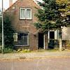 F4203a <br /> Het huisje van de fam. De Vries op Kagerdreef 1 (vroeger de Kooilaan), gesloopt in maart 2004. De woning werd laatstelijk bewoond door Nanne de Vries. Foto: 2003