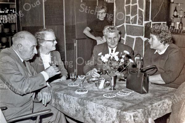 F3515<br /> Jubileum bij Bulbhorst. Links zitten dhr. en mevr. P. van Rijn; rechts dhr. en mevr. P. van Nobelen. Foto: 1968