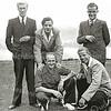 F3162<br /> Bij het Tasmanhostel in Lyttelton.<br /> Vlnr (staand): Hein Bader, Martin Kraakman, Tom Koppes.<br /> Op de hurken: Jan Taankink en Aad van Dorp.