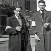 F4546<br /> Jan Kiebert en Cor van Hagen, gefotografeerd voor het gemeentehuis. De armbanden die ze dragen waren tijdens de oorlog een herkenningsteken voor de leden van de Burgerwacht, die bijvoorbeeld moesten wachtlopen bij de bunkers achter Vredestein. Dat destijds een strafmaatregel van de Duitsers en moest gedaan worden door alle mannelijke inwoners van Sassenheim in de koude winter van 1944 van 8 februari tot 23 maart.