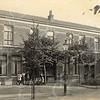 F0772 <br /> Aan de rechterkant van de Hoofdstraat staat dit huizenblok, dat in 1898 gebouwd is voor Lekkerkerker en Van Vliet. Voor de latere bakkerswinkel van Van Vliet staat weer een hele groep kinderen. In 2016 is dit pand al vele jaren een woonhuis. Foto: vóór 1921.<br /> <br /> [Collectie Oudshoorn 012: winkel en woonhuis G. Lekkerkerker en Van Vliet 1898.]