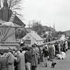 F4400<br /> Bloemencorso in 1952. Links is het oude gemeentehuis te zien (nu Sikkens Experience Center).