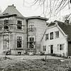 F3337<br /> Huis ter Leede in de steigers, de voorgevel van het pand en de voorgevel van boerderij. Foto: 1983