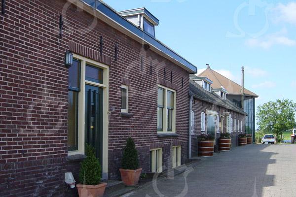F0752 <br /> Zijkant van Hoeve Alida met vooraan de deur van de kaaswinkel. De boerderij, met als adres Hellegatspolder 1 te Warmond, is van de fam. Pennings. Foto: 2003.