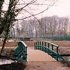 F2530<br /> Een van de nieuwe bruggen in het Park Rusthoff, die toegang geven tot het eiland en de kinderboerderij. In totaal zijn er vier bruggen aangelegd in het kader van de revitalisatie van het park. Foto: 2003.