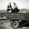 F2086<br /> Tijdens een uitgaansdag van Baartman & Koning op 14 oktober 1951 naar de Noordoostpolder. Rechts Henk van Rijn en links Kees Geerlings.