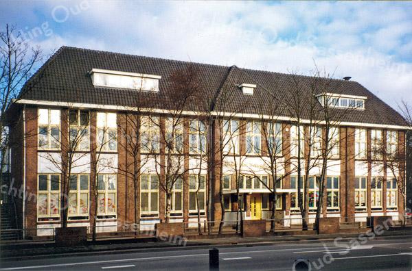 F0149 <br /> De Visserschool, hoek Parklaan/J.P. Gouverneurlaan, is in 1920 gebouwd als chr. (m)ulo-school. Vanaf 1 april 1943 nam de School met den Bijbel hier haar intrek en ging de school verder onder de naam Dr. de Visserschool (hoofd A. van Maldegem) en later Parkschool (hoofd J. de Nooij). De chr. mulo kreeg een nieuw gebouw nabij de Dr. de Visserlaan, waar de school tot september 1959 bleef. Eind 20ste eeuw is het gebouw ook nog in gebruik geweest als openbare basisschool Het Bolwerk. Na een grondige opknapbeurt en een aanbouw is er sinds 2000 het Sociaal-Cultureel Centrum 't Onderdak in gevestigd.<br /> Foto: jaren dertig, toen het nog De Visserschool heette (zoals op de gevel boven de ingang is te lezen), maar van 1950 tot ca. 1970 was het Dr. de Visserschool. Foto: 1996.