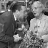 F4149 <br /> Het bezoek van koningin Juliana ivm de installatie van het Oranjecarillon. Links burgemeester Kret.