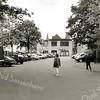 F2457<br /> Het kerkplein met parkeerplaatsen bij de Ned.-herv. kerk (Dorpskerk). Foto: 2000.