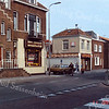 F0305 <br /> De Hoofdstraat. Links de vroegere sigarenwinkel van Barend van Loo, nu (2016) makelaarskantoor Heemborgh. Daarnaast het vroegere woonhuis van de fam. Juffermans; op deze foto een zaak in keuken en badkamerartikelen, een onderdeel van Sassenheims Vloerenhuis Doe Het Zelf. Verder de toegang naar de Doe Het Zelfmarkt van Dick Perfors en het Sassenheims Vloerenhuis daarnaast. Dan het woonhuis van de fam. P. Blom. Uiterst rechts het pand van drogisterij C. Melman op de hoek van de Kastanjelaan.    Foto: 1985.
