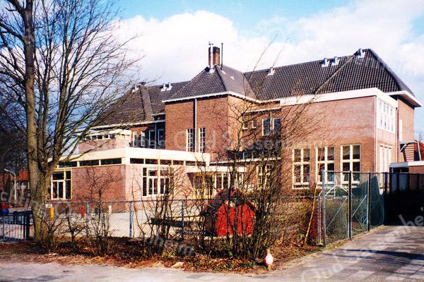 F0151 <br /> DeDe voormalige basisschool 'het Bolwerk', gelegen aan de Parklaan. Gezien vanaf de Menneweg. In 1920 gebouwd als 'De Visserschool' voor chr. (m)ulo. In de jaren vijftig en zestig was de naam Dr. De Visserschool voor chr. l.o. In 1969 werd de naam Parkschool (chr. basisonderwijs) en in 1985 (tot 1997) werd de naam Het Bolwerk (openbaar basisonderwijs). Daarna omgebouwd tot Sociaal Cultureel Centrum 't Onderdak. Foto: 1996.