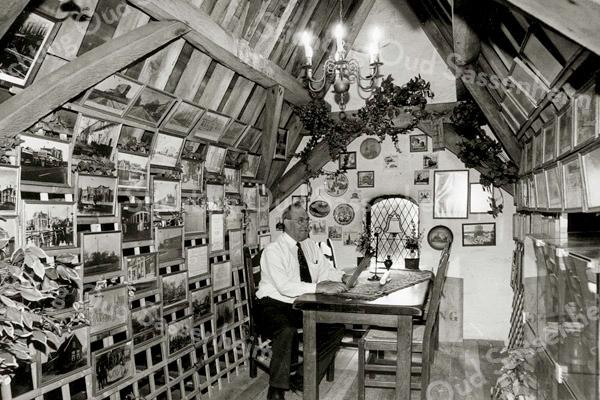 F2499<br /> Het Klokkenmuseum boven in de Ned-herv. kerk (Dorpskerk). Aan de tafel zit dhr. S. Vliem sr. Foto: 2002.