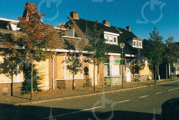 F4365b<br /> De afbraak van een aantal huizen aan de Kerklaan. Foto: 2002.