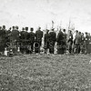 F3002<br /> Bij het soldatengraf van militairen aan de zuidkant van Sassenheim bij de Leidse vaart, gesneuveld op de 1e dag van de oorlog (10-5-1940). De soldaten zaten in een bus en deze werd gebombardeerd. Tien van hen en de (burger) buschauffeur lagen hier begraven. Later is het soldatengraf geruimd en zijn de stoffelijke resten overgebracht naar de 'Grebbeberg' in Rhenen.