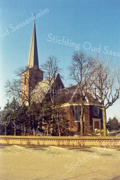F0643 <br /> Gezicht op de Ned.-herv. kerk vanaf de Hoofdstraat. De foto is genomen vóór de restauratie van 1971. Toen is het ronde raam boven de ingang vervangen door een vierkant raam en de ingang verplaatst naar de oostzijde en naar de zuidzijde onder de toren. Foto: vóór 1971.