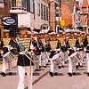 F2560<br /> Adest Musica in zomertenue op de Hoofdstraat tussen de Oude Haven en de Kerklaan. Foto: 2003.