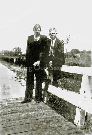 F0001<br /> Brug over de Scheisloot aan het eind van de Zandslootkade, waar de Watering uitmondt in de Zandsloot. We kennen deze brug als de Stenen Brug, hoewel de brug toen nog van hout was. V.l.n.r. Bernard Granneman en Jan Meeuwissen. Laatstgenoemde woonde later op Menneweg 101, zie ook F0038.