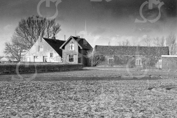 F4100b <br /> Boerderij Wiltrijk met rechts het woonhuis en de stal van dhr. van der Geest.