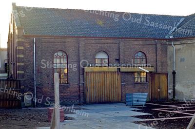 F0059 <br /> De noordzijde van de gereformeerde kerk aan de Hoofdstraat 137a. Bouwjaar 1876. Tot 1912 gebruikt als kerk. Van 1912 tot 1985 gebruikt als kistenfabriek, thans (2016) leegstaand. Foto: 1990.