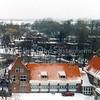 F0317 <br /> Opname vanaf de kantoorflat van Schulte & Lestraden aan de Parklaan met zicht op het kruispunt Van Pallandtlaan/Parklaan in de winter. De kantoorflat is in 1999 gesloopt. Op de voorgrond het woonhuis van Staring van Gemeentewerken, daarnaast de werkruimte met de brandweergarage. Op het kruispunt achter deze gebouwen is in 2006 een rotonde aangelegd. Zicht in noordelijke richting over de Ter Leedewijk. Foto: 1991.