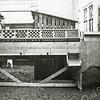 F0624 <br /> Willem Zijerveld sr. met zijn zelf ontworpen sorteermachine voor bloembollen. Rechts voor de deur Bep Zijerveld, later getrouwd met Dick van Biezen. De foto is genomen achter hun huis aan Hoofdstraat 103. Foto: ca. 1928.