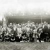 F2283<br /> De dame met het pothoedje, 4de van rechts, is Josephine Weijers. De heer aan de rechterkant is Arnoldus van Rijn. Het echtpaar woonde destijds op Kerklaan 45.  Het is niet zeker om welk festijn dit gaat. Mogelijk gaat het hier om het Oranjefeest. Dat werd in heel Nederland op Koninginnedag (toen 31 augustus) gehouden. Maar wegens de bollendrukte in augustus werden die feesten in de Bollenstreek vaak verplaatst naar de eerste helft van september. Foto: 9 september 1931.