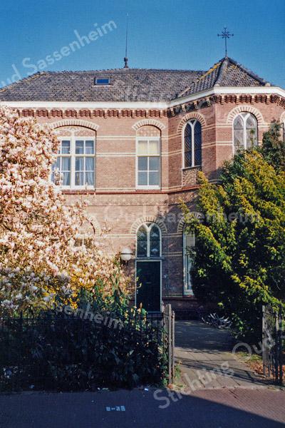 F0080 <br /> Het Onderdak, de vroegere St. Annaschool, is gelegen aan de Hoofdstraat nr. 167 en werd gebruikt als locatie voor diverse verenigingen en clubs. Het voorste deel, dat als klooster heeft gediend wil men voor de toekomst behouden. Het achterste deel is grotendeels afgebroken; daar is supermarkt Vomar voor in de plaats gekomen. Foto: 1995.