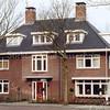 F1117a <br /> Het huis en de praktijk van dokter M.K.P. Moerman jr. aan de Emmalaan.  De praktijk is aan de zijkant (rechts) gevestigd met de ingang aan de Prins Hendriklaan. De praktijk heet Nieuw Bethesda. Foto: 2006.