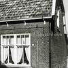 F0485 <br /> Het woonhuis van J. Eikelenboom in de Hoekstraat nr. 5, waar hij in 1923 op de bovenverdieping een kruidenierswinkeltje begon.