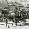 F2646<br /> Kolenboer van Velzen met zijn paard en wagen in de Tijloosstraat.