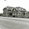 F1356b <br /> Hoofdstraat 30. De bollenschuur en het woonhuis van de fa. Zandbergen-Ter Wegen, gebouwd in 1885. Rechts is de schuur te zien van de fa. Van Egmond (Hoofdstraat 26). Op de plaats van de schuur en het woonhuis zijn de huizen op Hoofdstraat 28 t/m 32 gebouwd. Hoofdstraat 28: G. Meijer; Hoofdstraat 30: H.P.J. Pappot en Hoofdstraat 32.