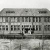 F2744<br /> De Visserschool aan de (nog onverharde) Beukenlaan. Thans is hier het sociaal-cultureel centrum 't Onderdak, waarin ook een theaterzaal is opgenomen. Foto: vóór 1929.
