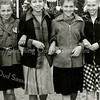 F2239<br /> Op weg naar kermis in de Wilgenlaan/Kooilaan. V.l.n.r.: Willy Baartse, Dingena Benschop, Coby Baartse en Corry Kühn. Foto: ca. 1951.