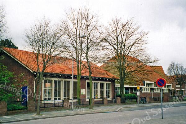 F0502<br /> Het gymnastieklokaal met rechts daarnaast basisschool De Rank op de Westerstraat (voorheen Kompasschool). Het postadres van de school is Jacoba van Beierenlaan 6. In 2002  is er aan de St. Antoniuslaan een nieuwe p.-c. school gebouwd en kreeg dit pand een andere bestemming. Foto: 1999.