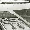 F3926<br /> Op deze luchtfoto uit de jaren vijftig zien we op de voorgrond de jachthaven, met rechts ernaast de Sassenheimervaart. Bovenaan de foto zien we een deel van de Kagerplassen: de Dieperpoel en daarachter de Eijmerspoel.