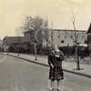 F4417<br /> Jeanne van den Nouland in de Concordiastraat. Het huis rechts hoort bij het buurtje Weltevreden. De bollenschuur is van van Velzen