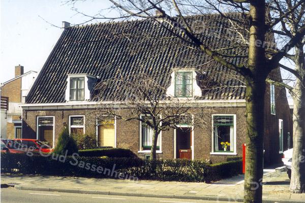 F0546 <br /> Twee oude panden aan de Hoofdstraat nrs. 127 en 129. Links het huis van de vroegere zaadhandelaar Mien Moolenaar, later de woning van Audiffred. Op de foto wordt het linker pand opgeknapt. Het rechter huis werd jarenlang bewoond door de fam. Jan Moolenaar. De panden zijn in 1853 gebouwd voor f 9000,- door W. v.d. Bruggen voor de fam. Moolenaar. Boven werd de ruimte gebruikt voor het bewaren van bloembollen. Foto: jaren '90.