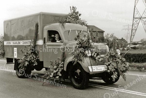 F2418<br /> Bloemencorso. Deze Dodge van de fa. H. Tukker diende ooit als brandweerwagen in Den Haag en is daarna geheel omgebouwd.