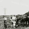 F2272<br /> Dirk van der Geest is aan het grasmaaien in de Roodemolenpolder. V.l.n.r.: Leo Kortekaas, Dirk van der Geest, Willem Ciggaar met twee kleinkinderen. Foto: 1950.