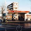 F4381a<br /> De sloop van de kantoorflat en het Esso benzinestation aan de Parklaan in december 1999.