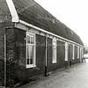 F1503 <br /> De Hortuslaan met een rij van zes arbeidershuisjes. De vroegere Hortuslaan lag tegenover de Kerklaan naast hotel-café-restaurant 't Bruine Paard. De huisjes zijn gesloopt in het kader van dorpsvernieuwing en vervangen door nieuwbouw in de jaren 70.