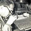 F3346<br /> Klokkenmaker Bep Duchâteau in zijn werkplaats. Hij is opgegroeid bij de fam. de Zwart uit de Bijdorpstraat. Op 18-jarige leeftijd heeft hij de achternaam van zijn Belgische moeder Duchateau aangenomen. Foto: 1961