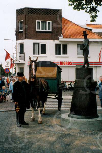 F4193c <br /> De onthulling van het standbeeld van 'De Aschpotter' op de Oude Haven.<br /> Foto: 2002