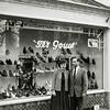 F3468<br /> De schoenenwinkel van Ter Gouw aan de Hoofdstraat in het pand, waar nu De Twee Wezen in gevestigd is. Foto: 1962