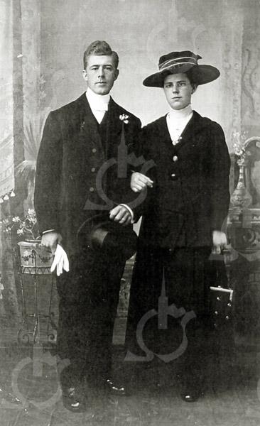 F4435 <br /> De trouwfoto van Anna Schrama en Arie Berg, 6 juni 1919.