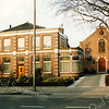 F2903<br /> Op Hoofdstraat 137 staat sinds 1869 de vroegere pastorie van de voormalige gereformeerde kerk (rechts), die tot 1912 als zodanig in gebruik was. De voormalige pastorie wordt nu al vele jaren door de fam. M. Bakker bewoond. Foto: 1992.