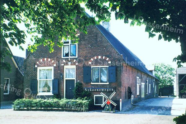 F0163 <br /> De boerderij Schoonewegen, Rijksstraatweg 71. De fam. H. Ruijgrok heeft deze boerderij sinds vele jaren bewoond. Later gekocht door P. Kales.Foto: 1996.
