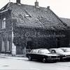 F3525<br /> Het huis van Blom aan de Hoofdstraat op de plek, waar nu (2012) de Digros staat. Op de voorgrond is garage Nieuwenhove te zien.